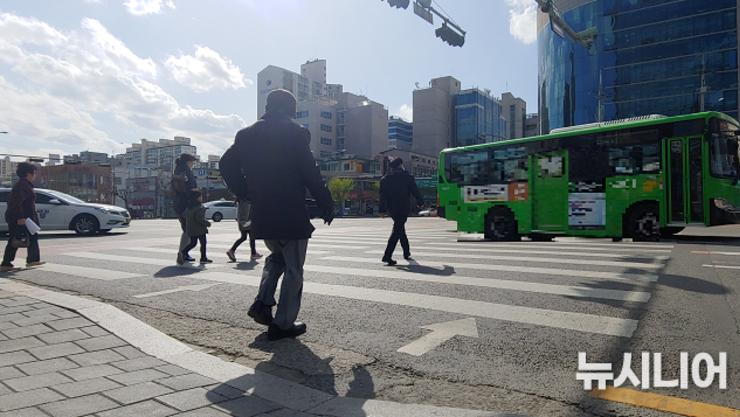 """""""노인보호 교통카메라 2 뿐...단속카메라 늘려야"""""""