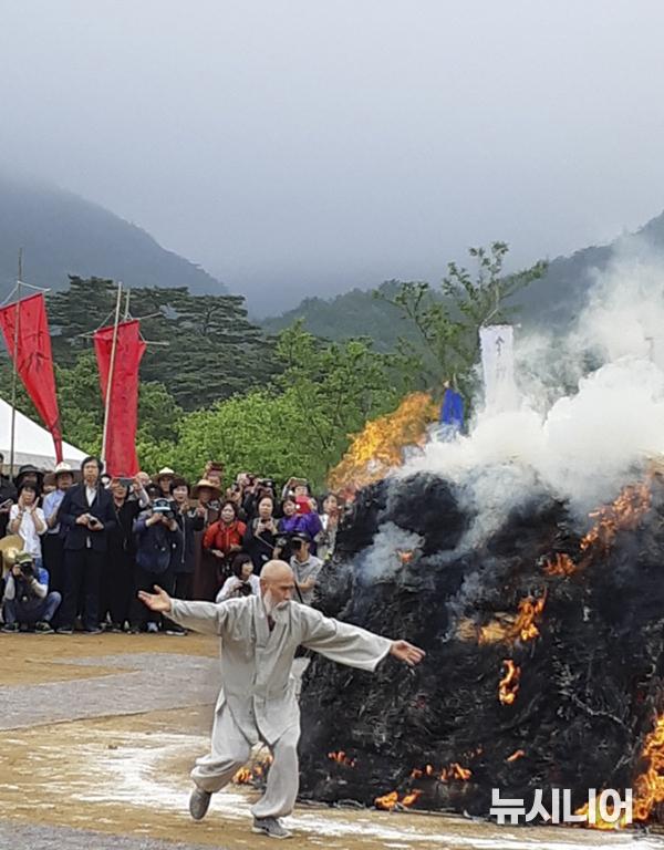 무산 대종사의 다비장에서 열반무(涅槃舞)를 추면서 가시는 분에게 춤 공양을 하고 있는 한 이름 없는 운수납자 스님.