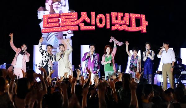 SBS 트롯신이 떳다(사진:SBS홈페이지), 왼쪽부터 가수 붐, 설운도, 진성, 남진, 주현미, 김연자, 장윤정, 정용화