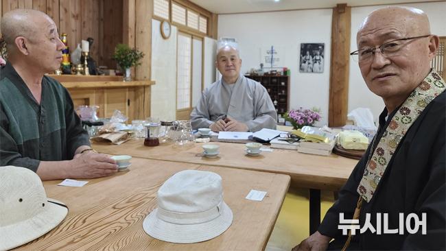 왼쪽부터 보검스님, 주지 법기스님, 일본에서 활동하고 있는 법안스님.